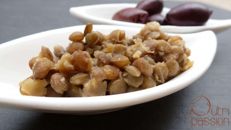 braune Linsen mit Oliven