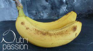 Die braunen Punkte zeigen an, dass diese Banane reif und schön süß ist.